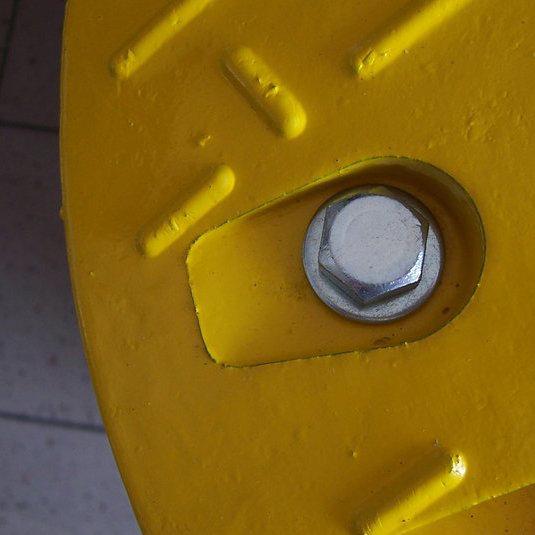 Upevňovací montážní šroub pro zpomalovací prahy a pro parkovací dorazy Carstop