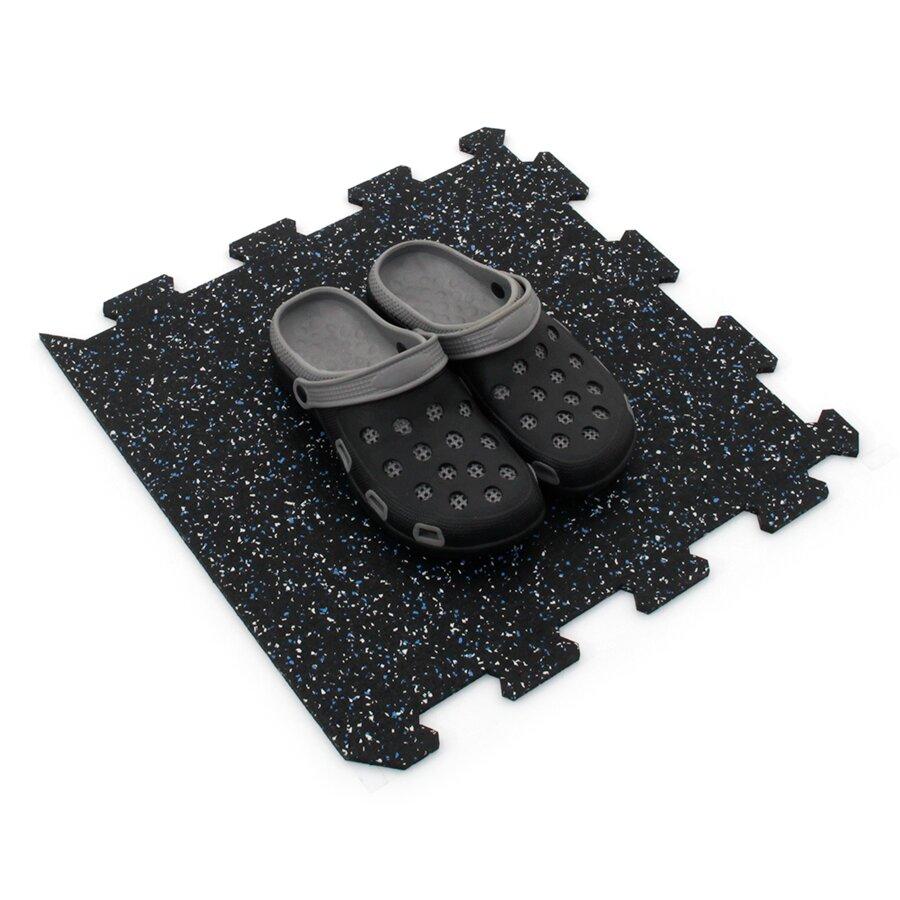 Černo-bílo-modrá gumová puzzle modulová dlažba FLOMA SF1050 FitFlo - délka 47,8 cm, šířka 47,8 cm a výška 0,8 cm