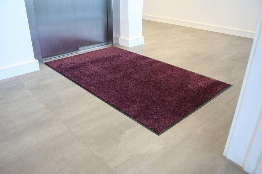 Fialová textilní vstupní vnitřní čistící rohož - délka 90 cm, šířka 150 cm a výška 0,8 cm