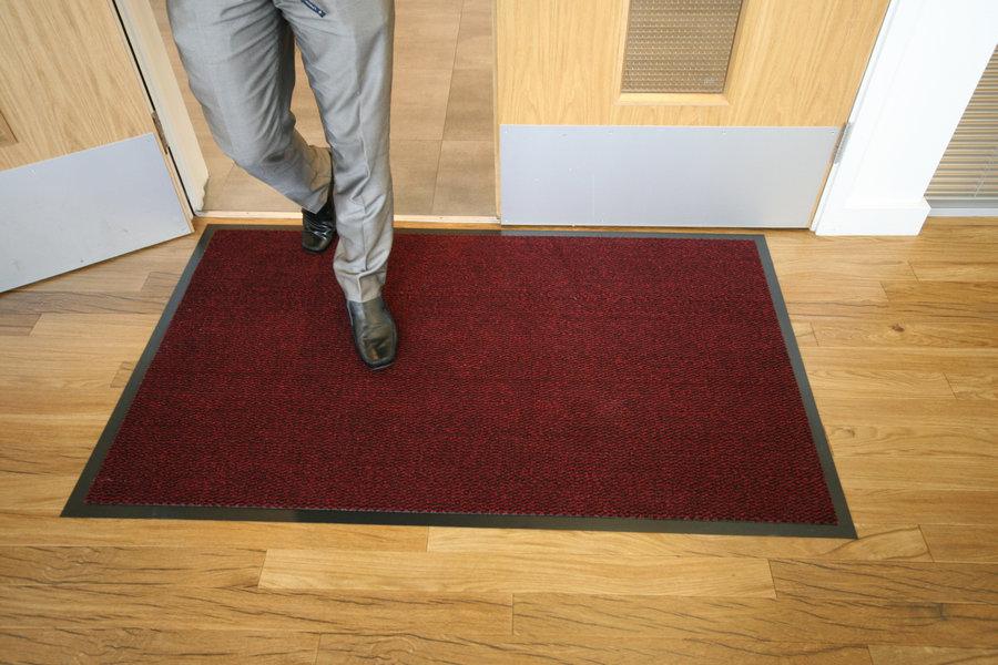 Červená textilní čistící vnitřní vstupní rohož - délka 90 cm, šířka 150 cm a výška 0,7 cm