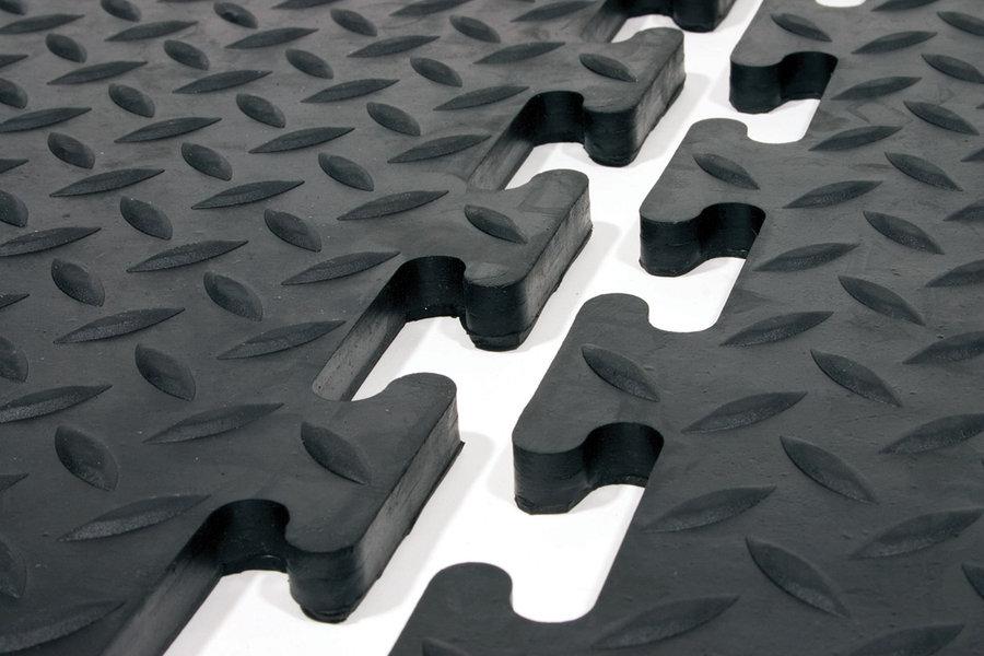 Černá gumová modulární průmyslová protiskluzová rohož Comfort-Lok - délka 70 cm, délka 80 cm a výška 1,25 cm