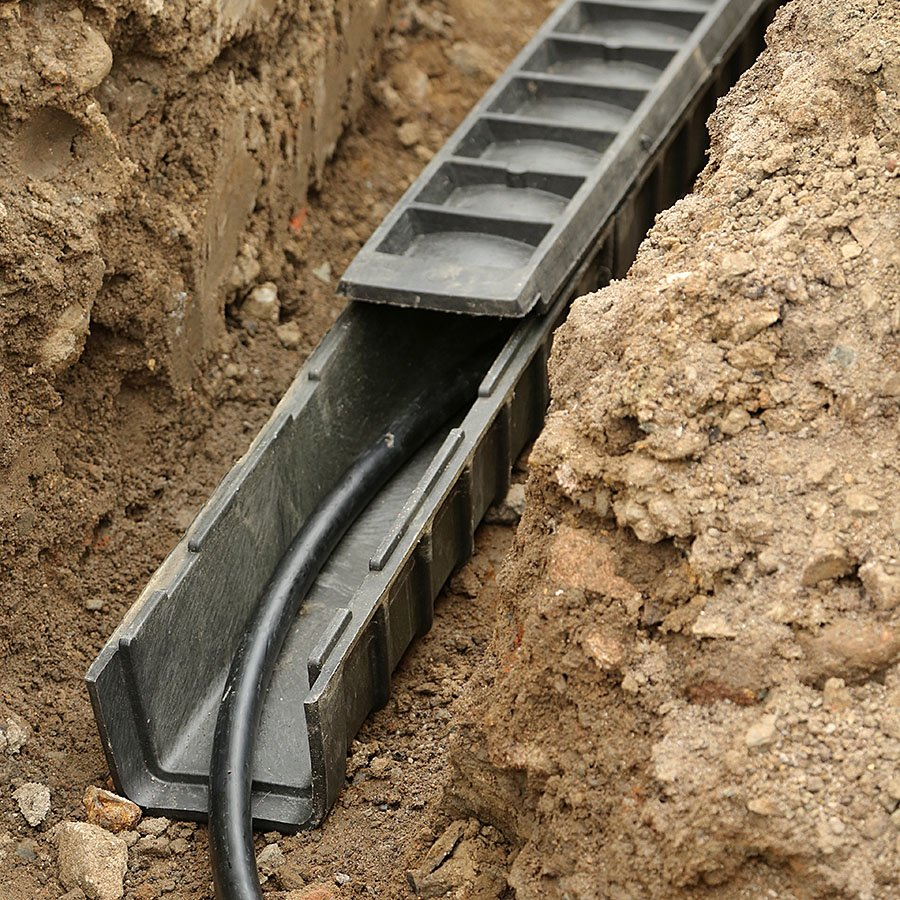 """Černá plastová kabelová chránička """"zatáčka ostrá"""" - délka 35 cm, šířka 35 cm a výška 15,5 cm"""