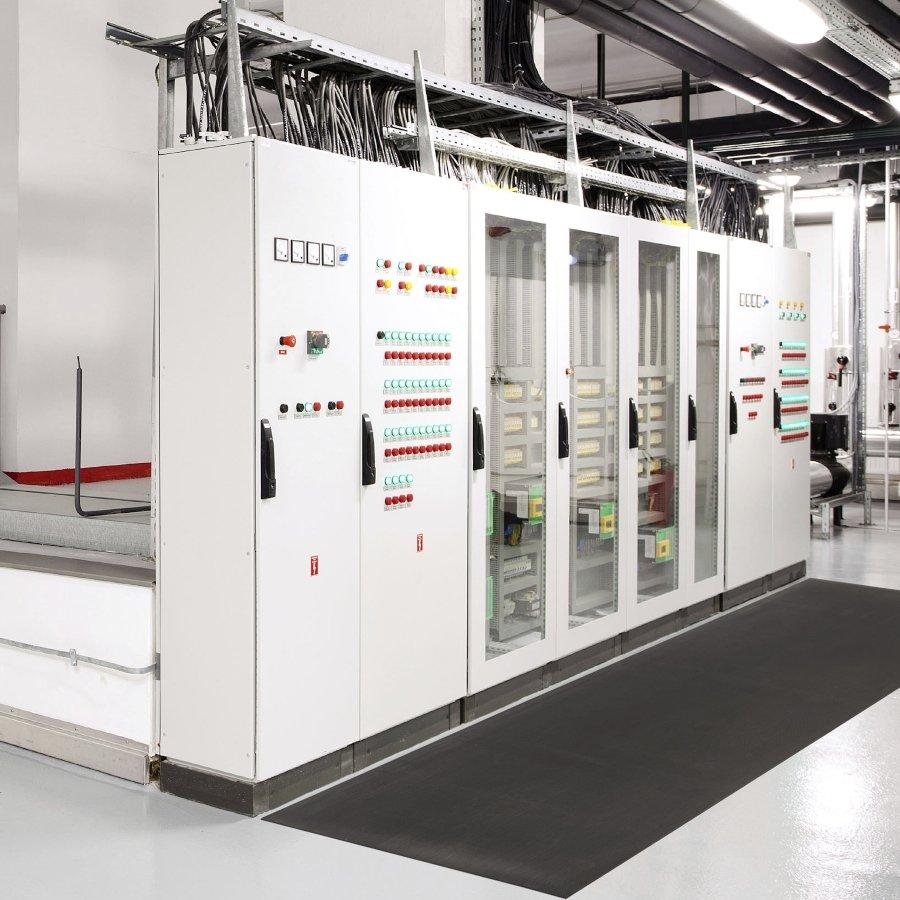 Černá elektroizolační průmyslová rohož (metráž) Switchboard Class 2 - délka 1 cm, šířka 91 cm a výška 0,64 cm