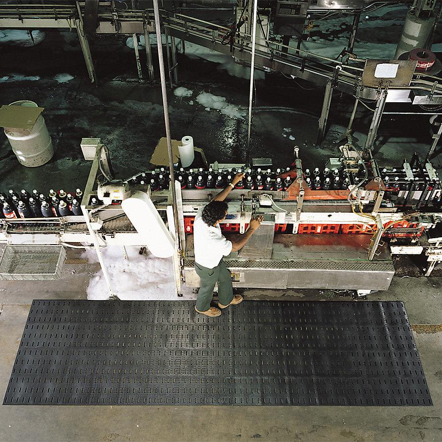 Černá protiskluzová protiúnavová olejivzdorná rohož Cushion Dek, Grip Step - délka 122 cm, šířka 91 cm a výška 1,1 cm