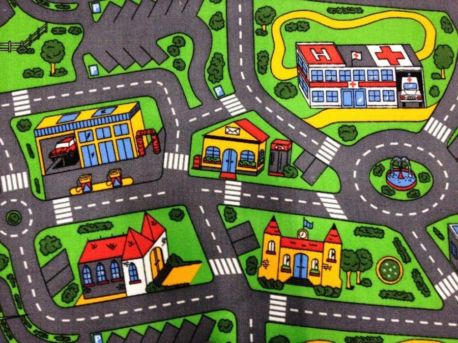 Různobarevný dětský hrací kusový koberec Město - šířka 133 cm