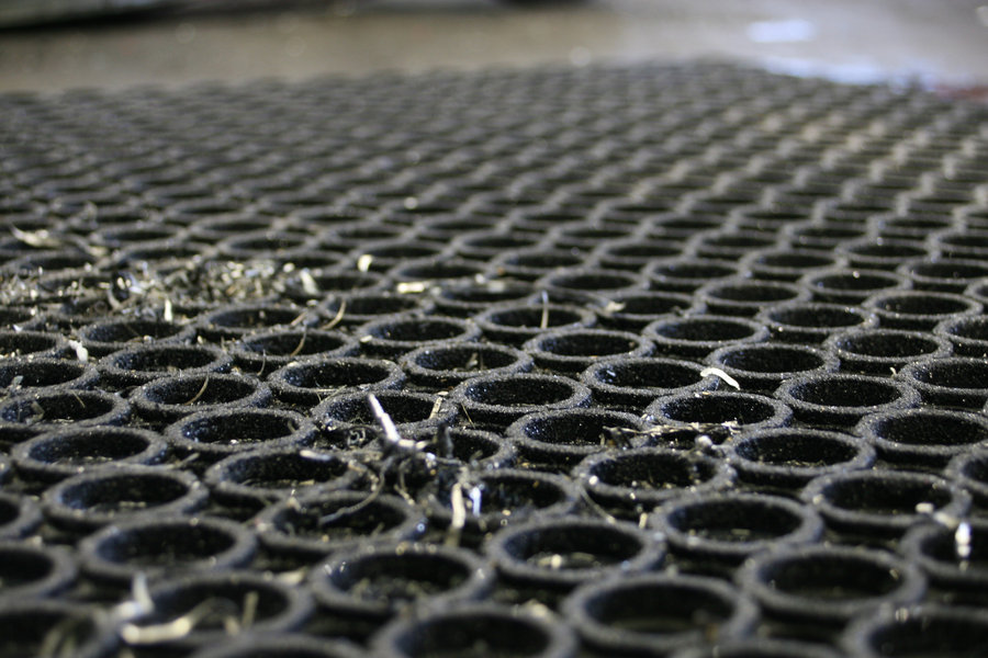 Černá gumová průmyslová protiúnavová protiskluzová olejivzdorná rohož (100% nitrilová pryž) High-Duty Grit - délka 150 cm, šířka 90 cm a výška 1,25 cm