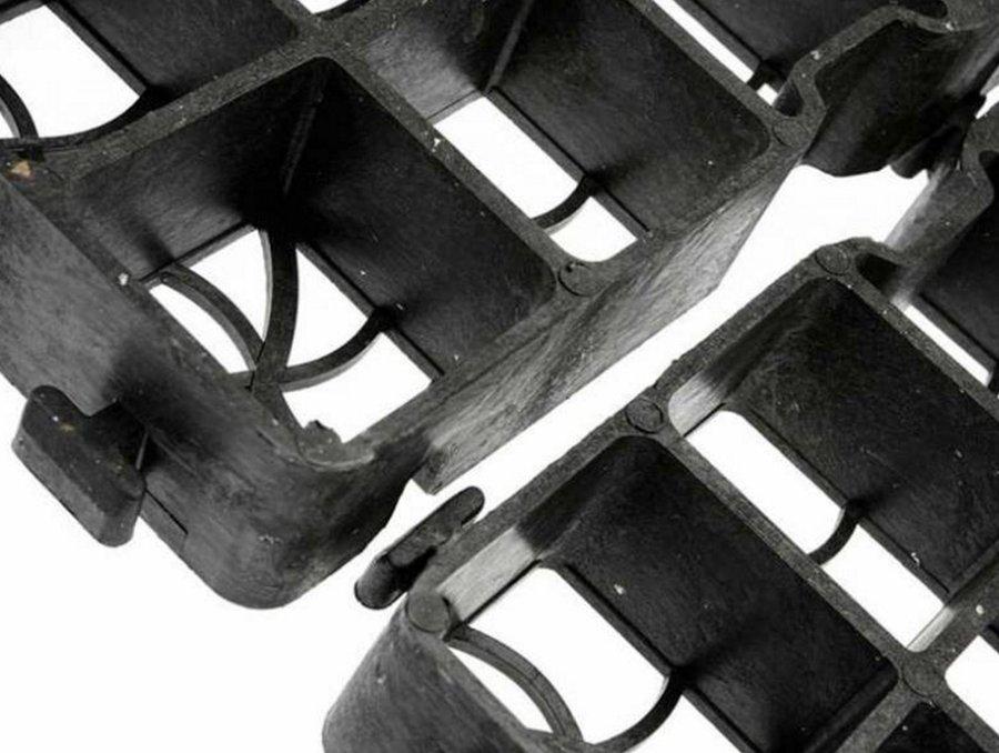 Černá plastová zátěžová zatravňovací dlažba - délka 50 cm, šířka 50 cm a výška 4 cm