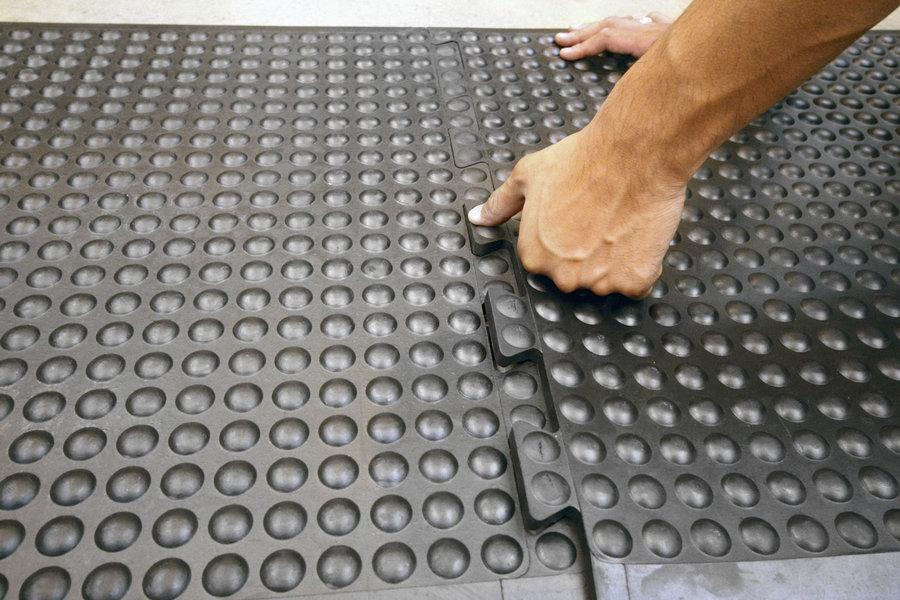 """Černá gumová modulární průmyslová protiúnavová rohož (25% nitrilová pryž) """"středový díl"""" - délka 90 cm, šířka 60 cm a výška 1,4 cm"""