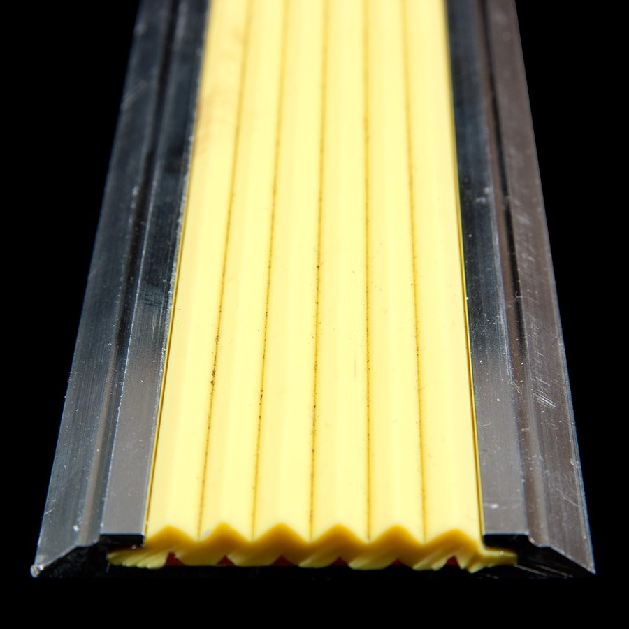 Žlutá hliníková metrážová schodová lišta s protiskluzovým páskem Antislip, FLOMA - délka 1 cm, šířka 5,3 cm a výška 0,6 cm