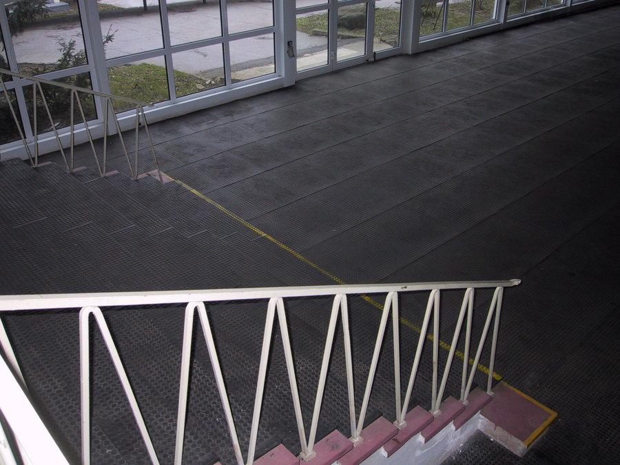 Plastová interierová podlahová deska - délka 120 cm, šířka 80 cm a výška 2,2 cm