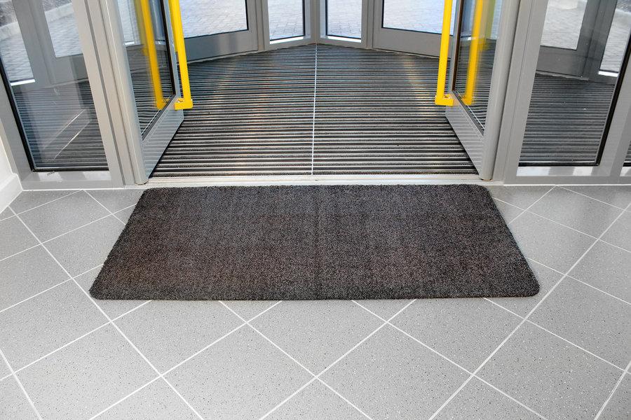 Černá bavlněná vstupní vnitřní čistící rohož - délka 100 cm, šířka 75 cm a výška 0,4 cm