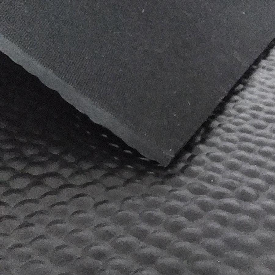 Černá kladívková metrážová podlahová guma - šířka 200 cm a výška 1,4 cm