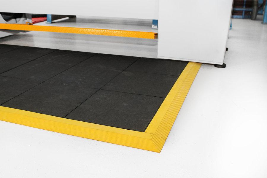 Černá gumová modulární průmyslová protiúnavová protiskluzová rohož Fatigue - délka 90 cm, šířka 90 cm a výška 1,8 cm