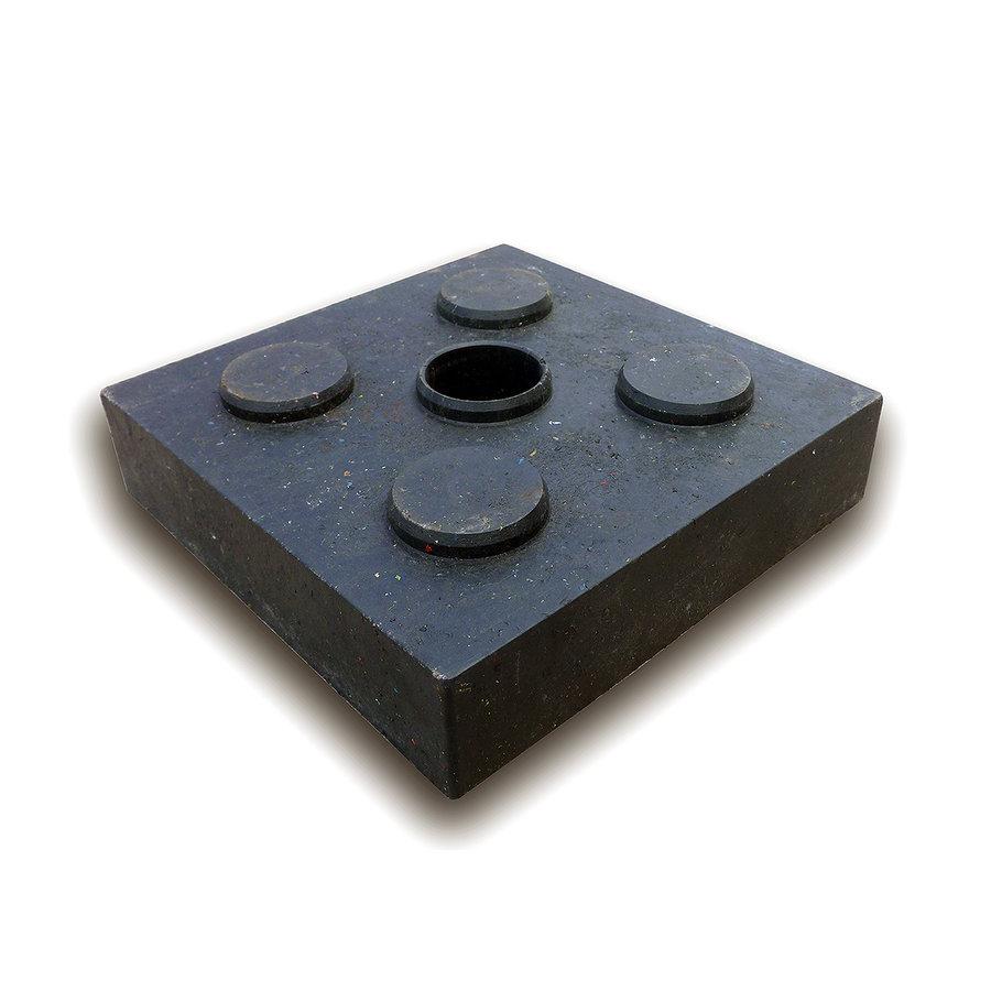 """Černá plastová podkládací kostka """"4 čepy + otvor"""" - délka 23,8 cm, šířka 23,8 cm a výška 5,3 cm"""