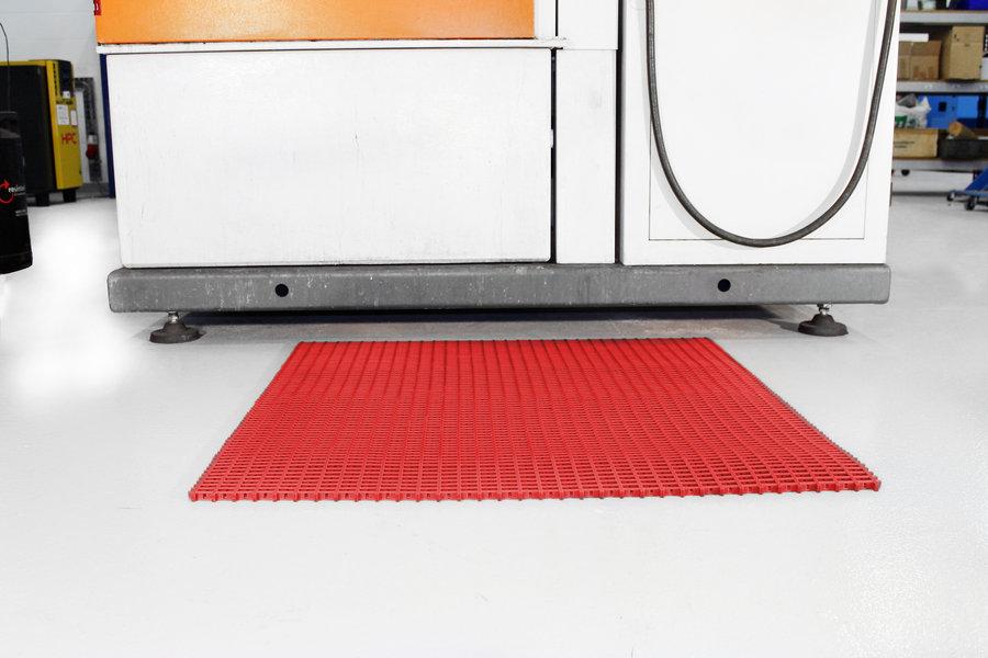 Červená univerzální průmyslová olejivzdorná rohož (mřížka 30 x 30 mm) - délka 5 m, šířka 60 cm a výška 1,2 cm