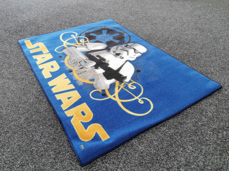 Modrý kusový dětský koberec - délka 133 cm a šířka 95 cm