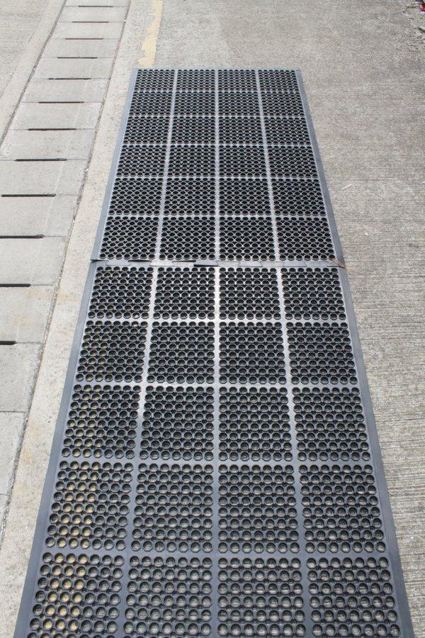 Černá gumová modulární průmyslová protiúnavová protiskluzová olejivzdorná rohož - délka 150 cm, šířka 90 cm a výška 1,25 cm