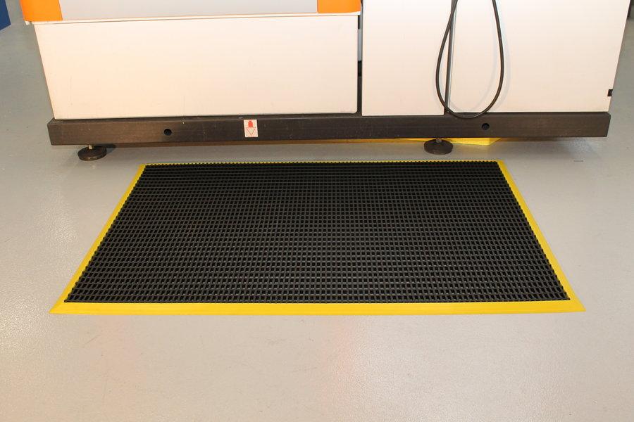 Černá univerzální průmyslová protiskluzová olejivzdorná rohož (mřížka 22 x 10 mm) - délka 150 cm, šířka 100 cm a výška 1,2 cm