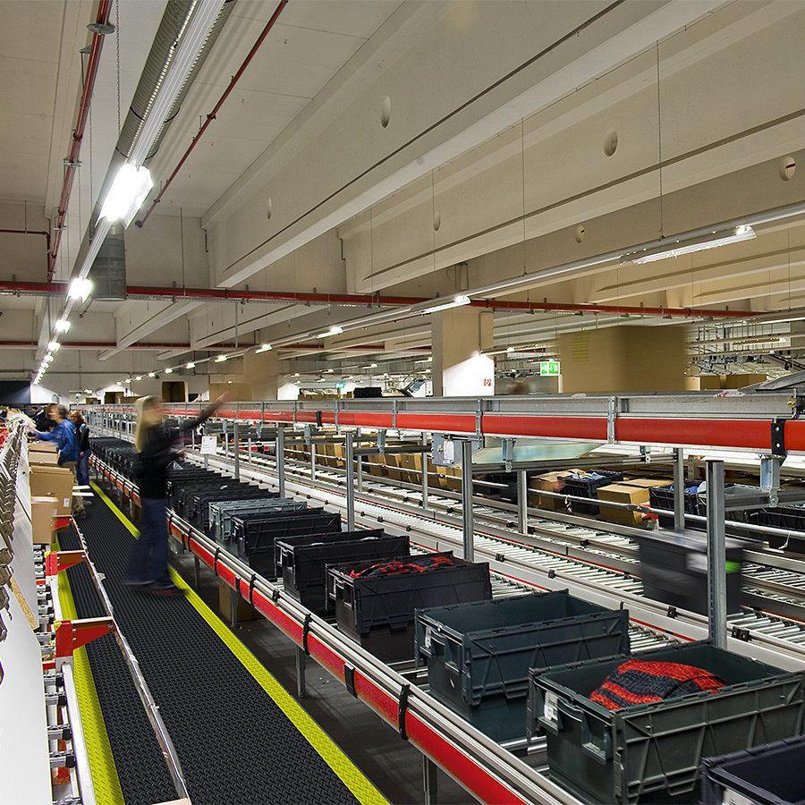 Černá protiúnavová průmyslová laminovaná rohož Cushion Trax - délka 22,8 m a výška 1,4 cm