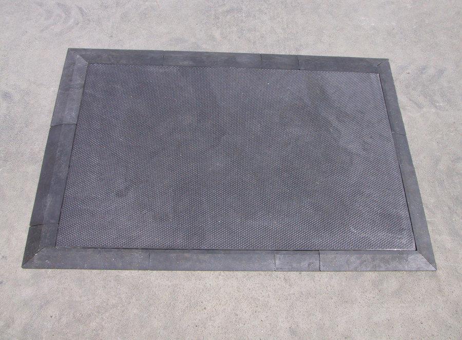"""Černý plastový nájezd """"pod"""" pro plastové podlahové desky - délka 40 cm, šířka 10 cm a výška 2,2 cm"""