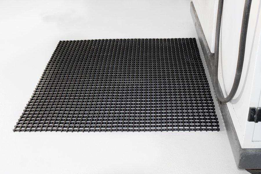 Černá univerzální průmyslová olejivzdorná rohož (mřížka 30 x 30 mm) - délka 10 m, šířka 120 cm a výška 1,2 cm
