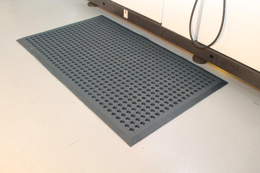 Modrá gumová průmyslová protiúnavová protiskluzová olejivzdorná rohož (38% nitrilová pryž) - délka 150 cm, šířka 90 cm a výška 1,2 cm