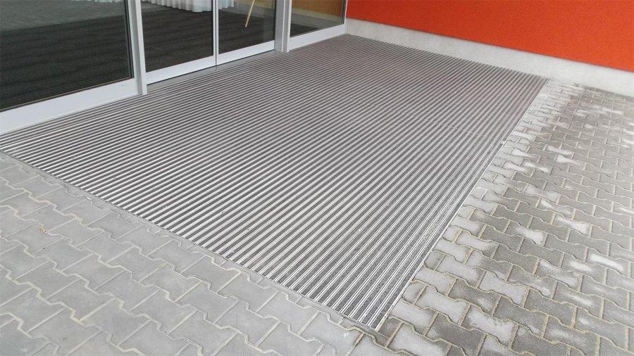 Textilní gumová hliníková kartáčová vnitřní vstupní rohož Alu Low Extra, FLOMA - délka 100 cm, šířka 100 cm a výška 1 cm