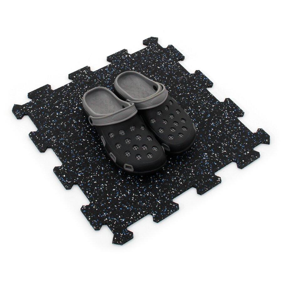 Černo-bílo-modrá gumová modulová puzzle dlažba (střed) FLOMA FitFlo SF1050 - délka 47,8 cm, šířka 47,8 cm a výška 0,8 cm