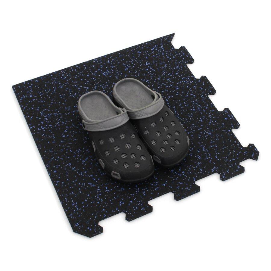 Černo-modrá gumová puzzle modulová dlažba FLOMA SF1050 FitFlo - délka 47,8 cm, šířka 47,8 cm a výška 0,8 cm