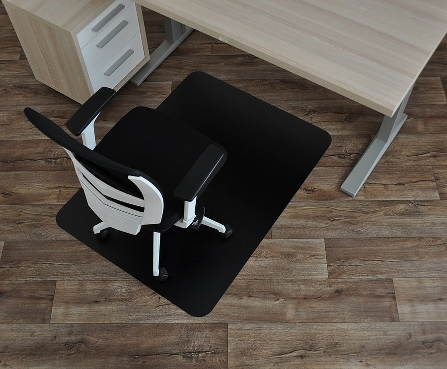 Černá podložka na hladké povrchy pod židli - délka 120 cm, šířka 90 cm a výška 0,15 cm