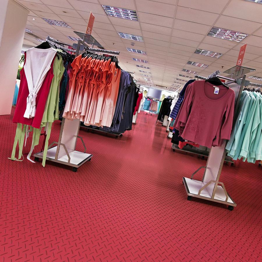 Plastové dlaždice Fortelock ve verzi Industry nebo Light - nová podlaha v komerčních prostorech  - červená barva, dezén diamant.