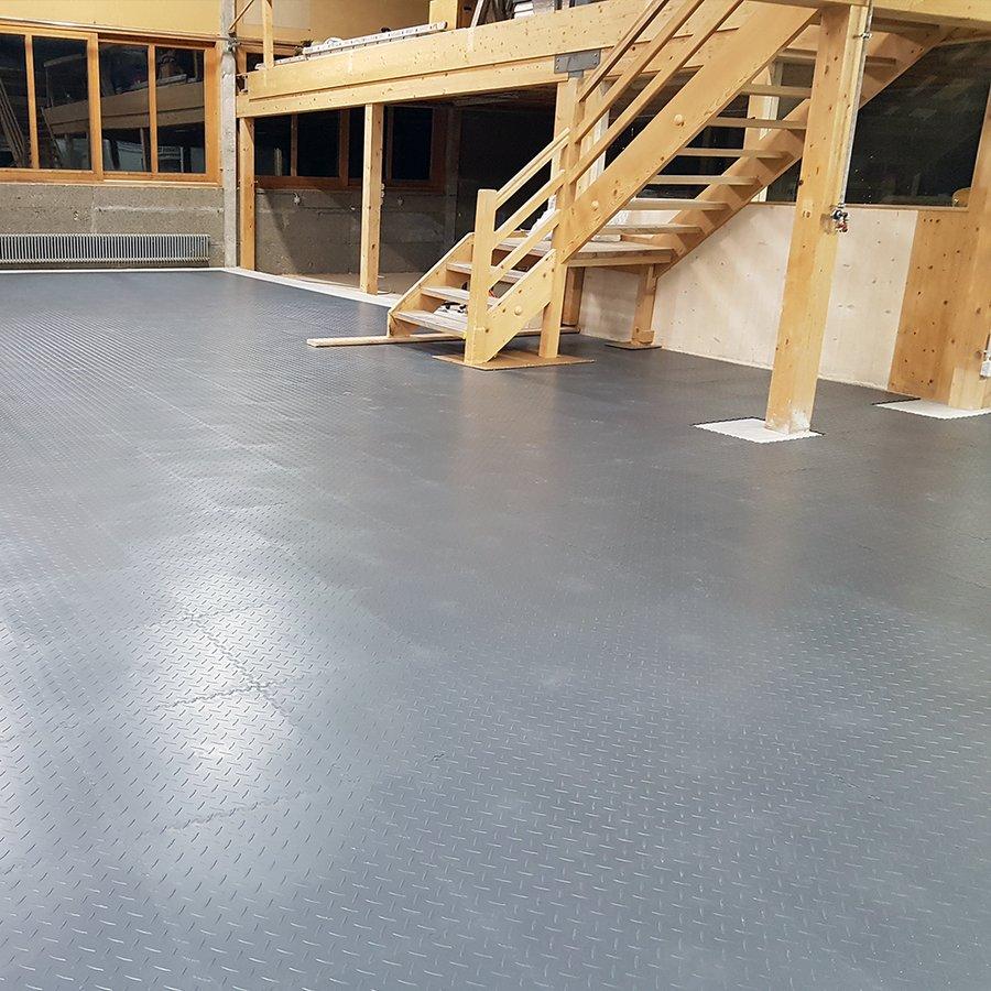 Plastové dlaždice Fortelock Industry - podlaha ve velké garáži - grafitová barva, dezén diamant.