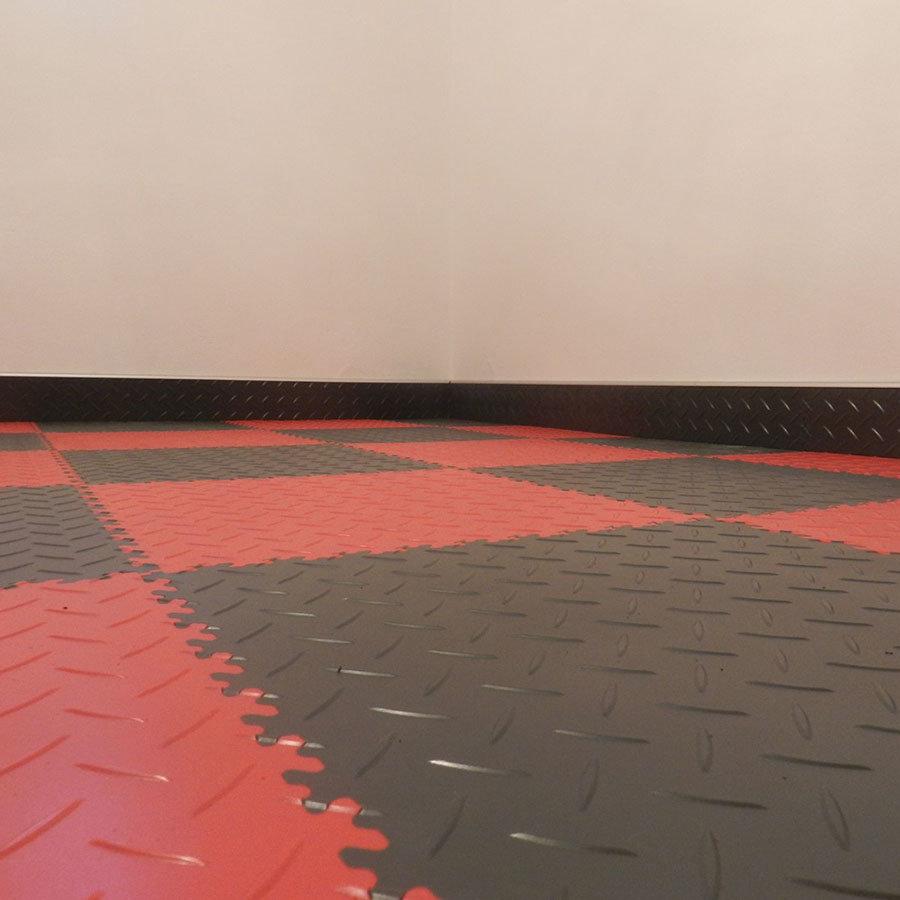 Plastové dlaždice Fortelock ve verzi Industry nebo Light - nová podlaha - červená a černá barva, dezén diamant. Osoklování dlaždicemi Fortelock.