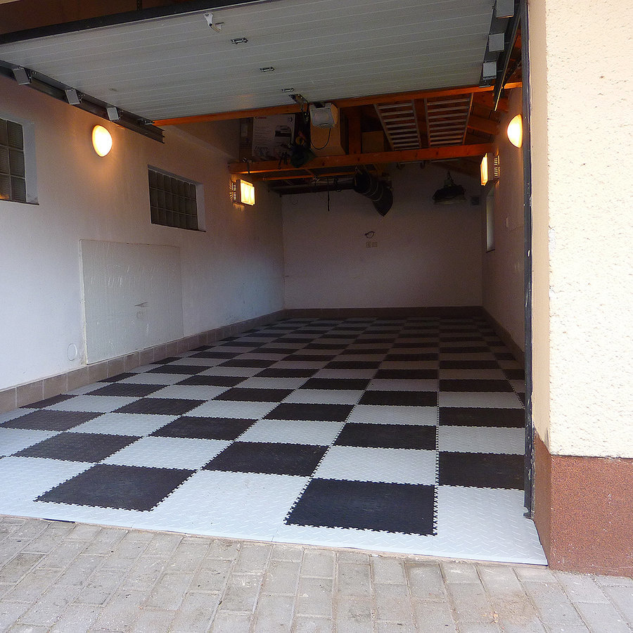 Plastové dlaždice Fortelock ve verzi Industry nebo Light - nová podlaha v garáži - šedo-černá mozaika, dezén diamant.