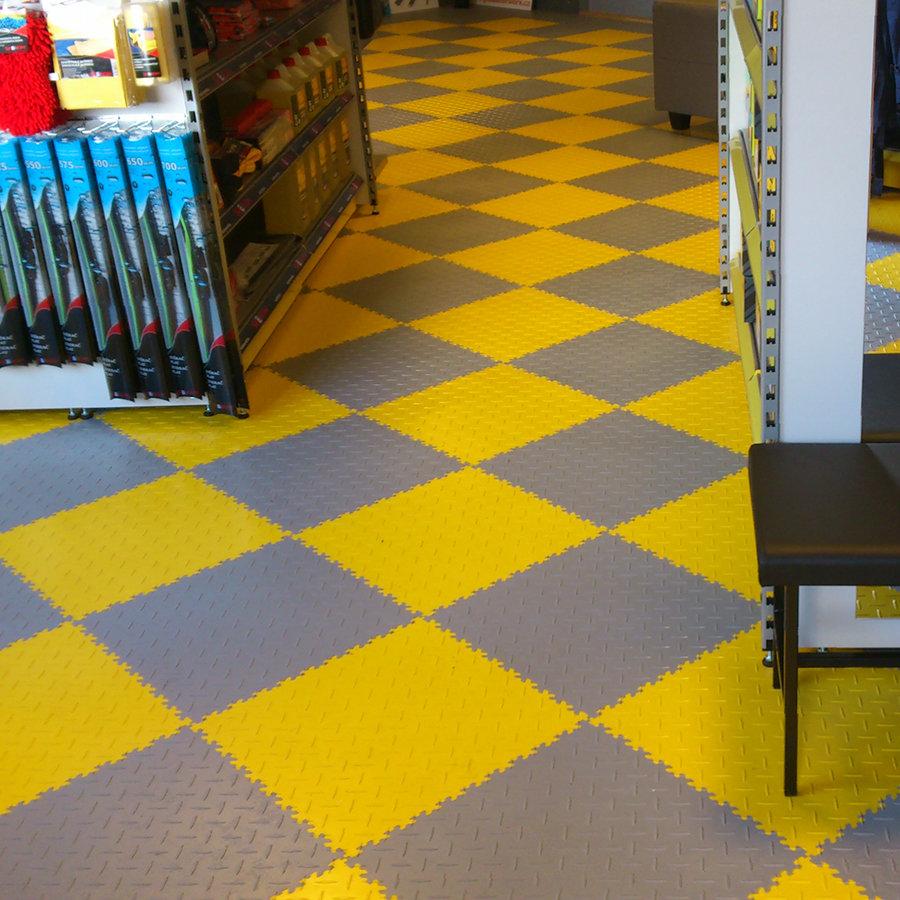 Plastové dlaždice Fortelock ve verzi Industry nebo Light - nová podlaha v komerčních prostorech  - šedá a žlutá barva, dezén diamant.