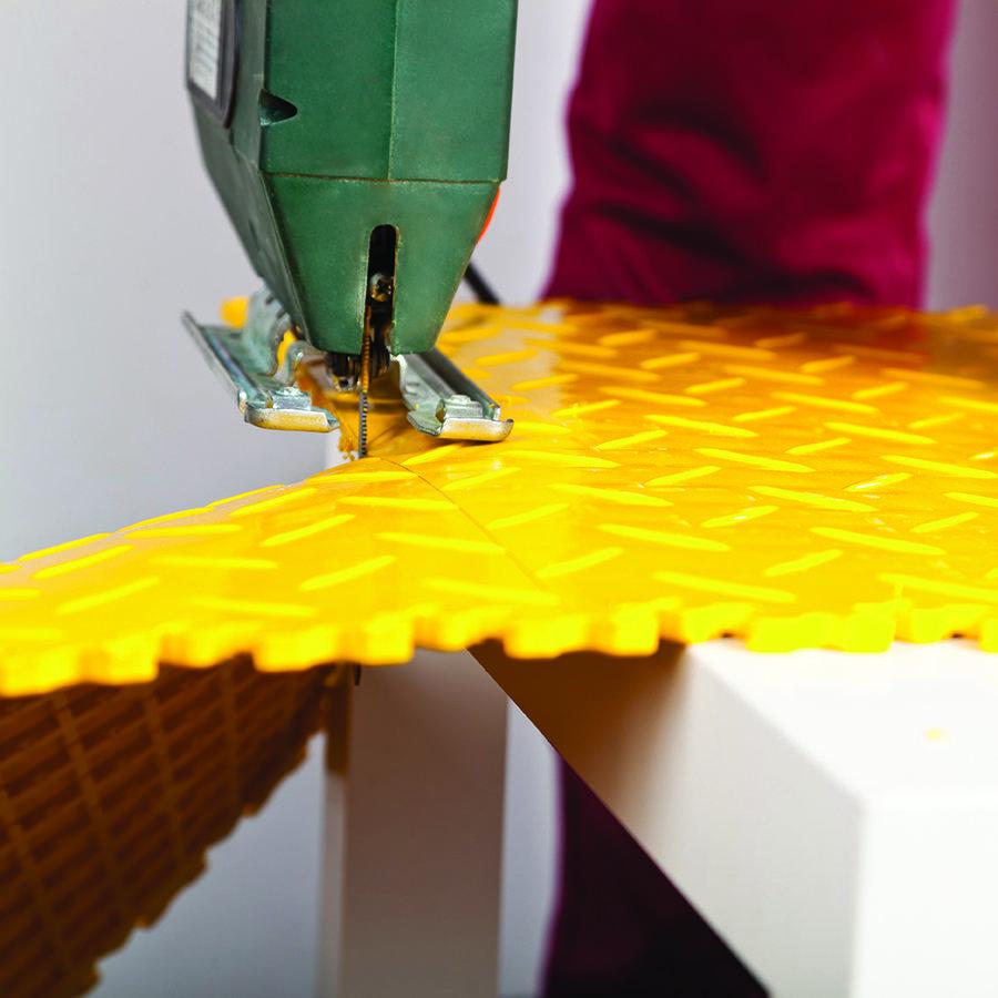Plastové dlaždice Fortelock ve verzi Industry nebo Light - instalace podlahy - řezání dlaždice.