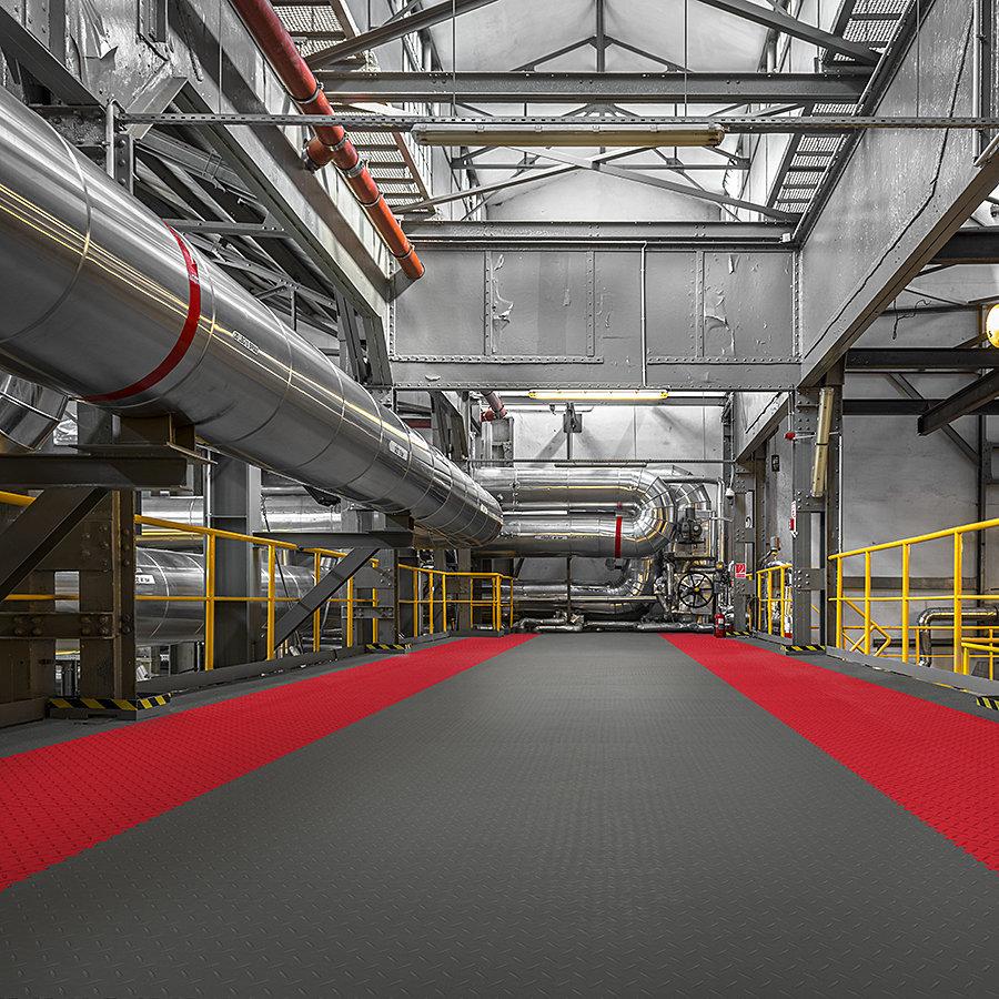 Plastové dlaždice Fortelock ve verzi Industry - podlaha v průmyslových prostorech  - grafitová a červená barva, dezén diamant.