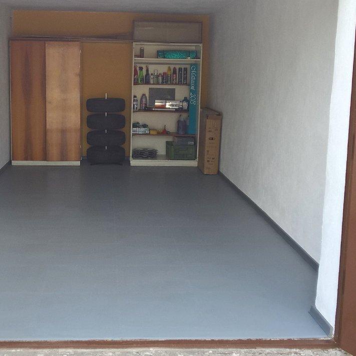 Plastové dlaždice Fortelock ve verzi Industry nebo Light - nová podlaha v garáži - šedá barva, dezén kůže.