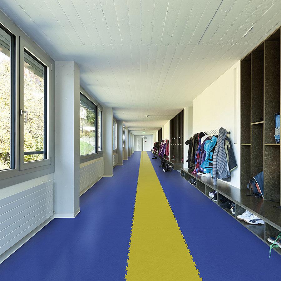Plastové dlaždice Fortelock ve verzi Industry nebo Light - chodba u tělocvičny - modrá a žlutá barva, dezén kůže.