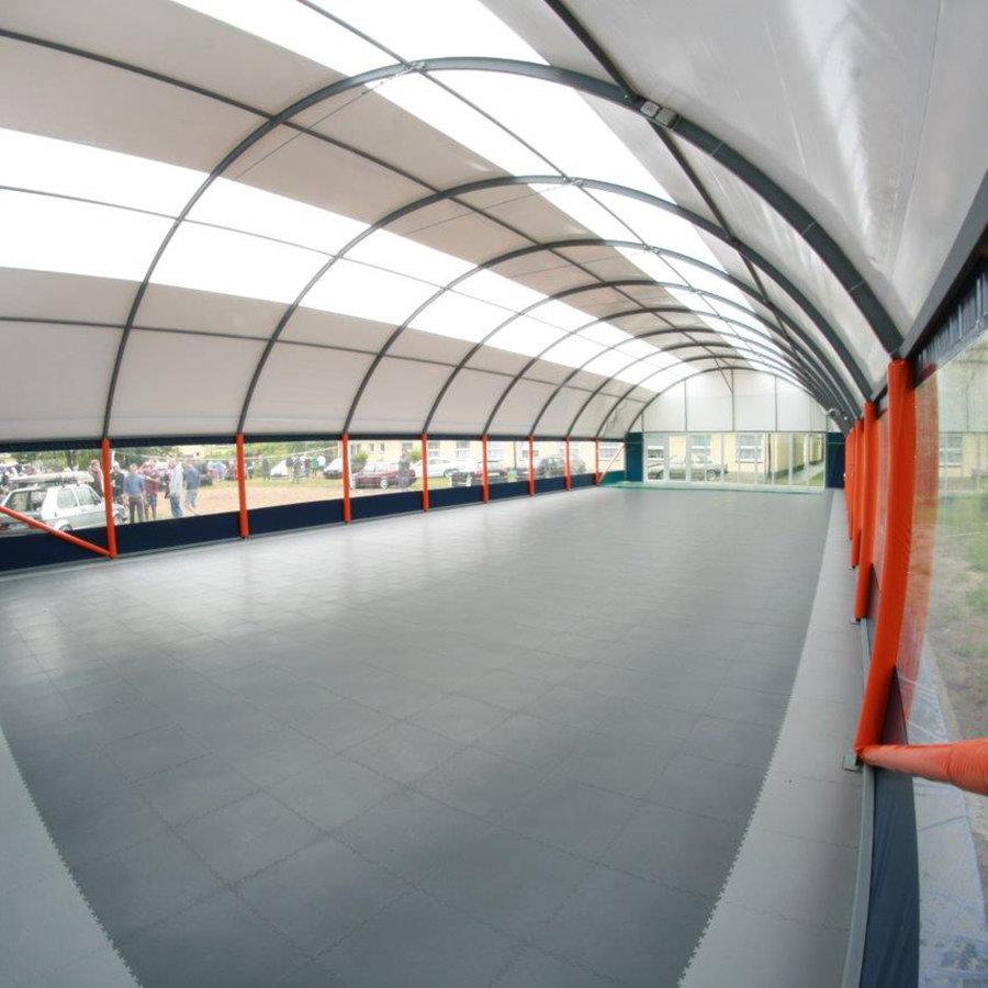 Plastové dlaždice Fortelock ve verzi Industry nebo Light - nová podlaha v multifunkční sportovní hale - šedá a grafitová barva, dezén kůže.