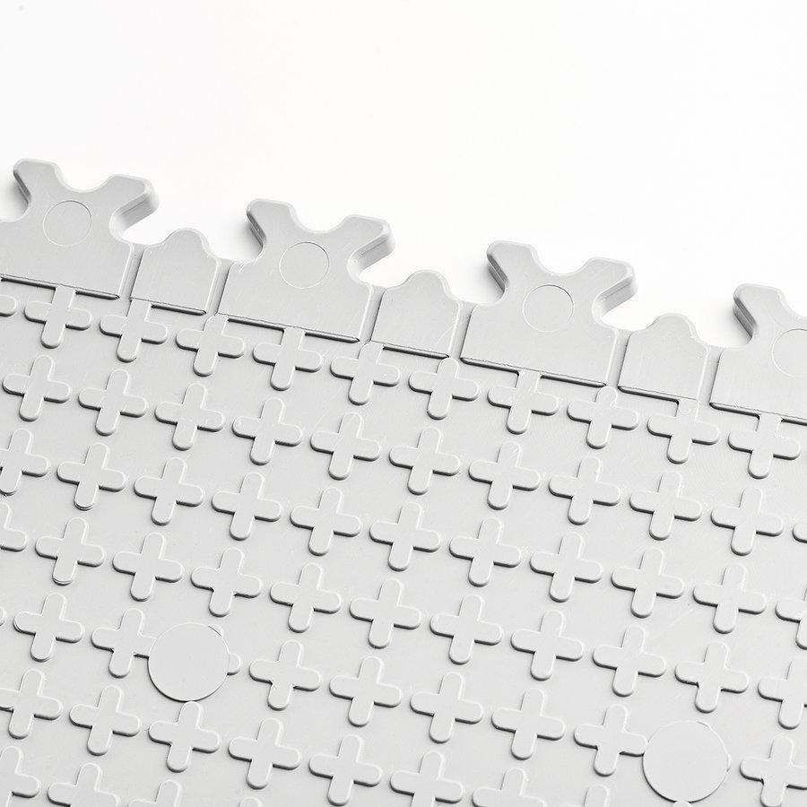 Plastové dlaždice Fortelock jsou opatřeny systémem odvodných kanálků Air Flow. Na fotce verze Fortelock Industry.
