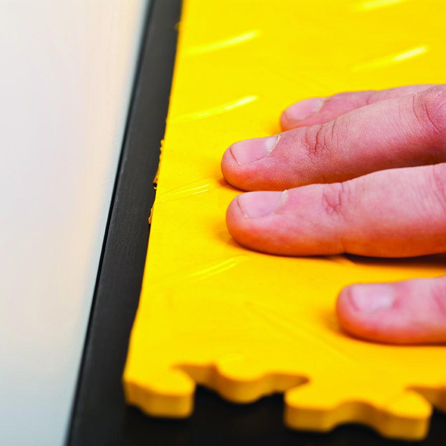 Plastové dlaždice Fortelock ve verzi Industry nebo Light - instalace podlahy - zakončení u stěny.