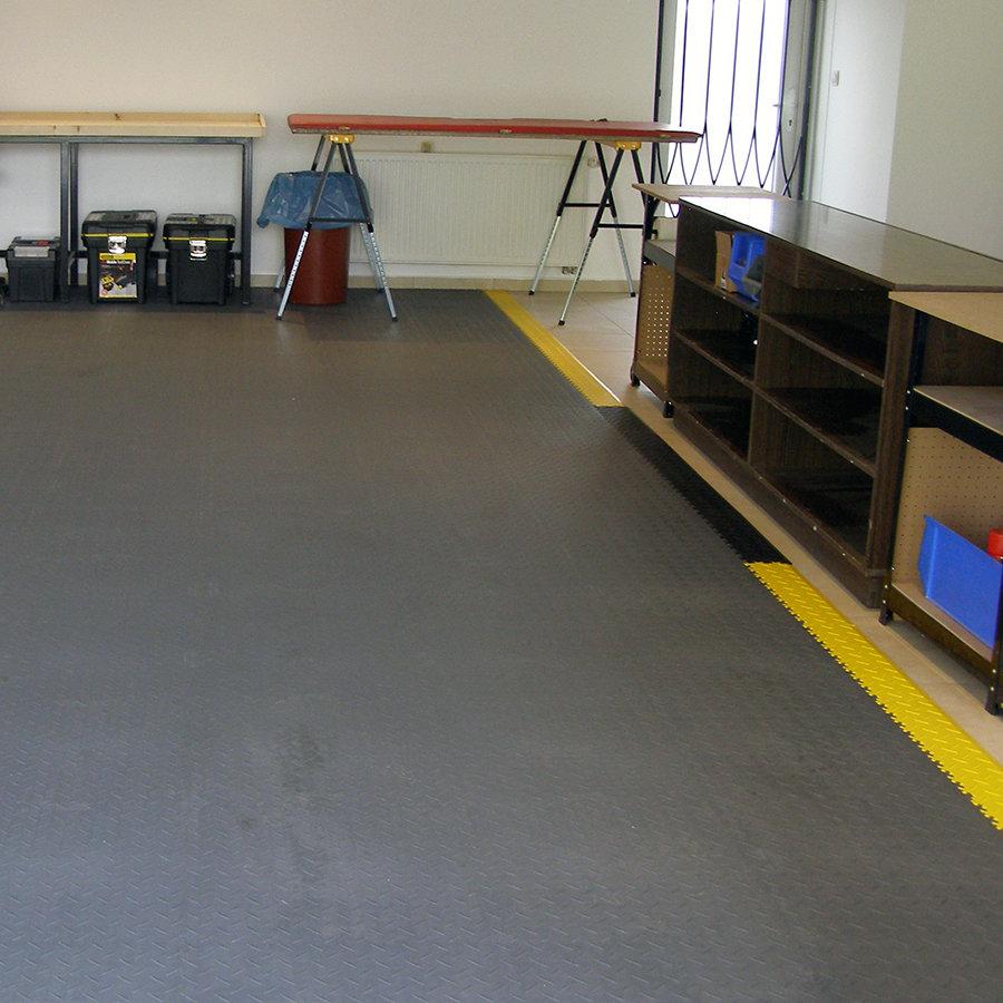 Plastové dlaždice Fortelock Industry - podlaha v dílně - grafitová barva, žluté a černé nájezdy, dezén diamant.