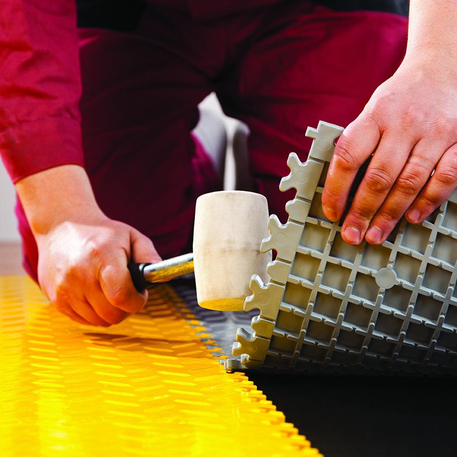 Plastové dlaždice Fortelock ve verzi Industry nebo Light - instalace podlahy - spojení dlaždic.