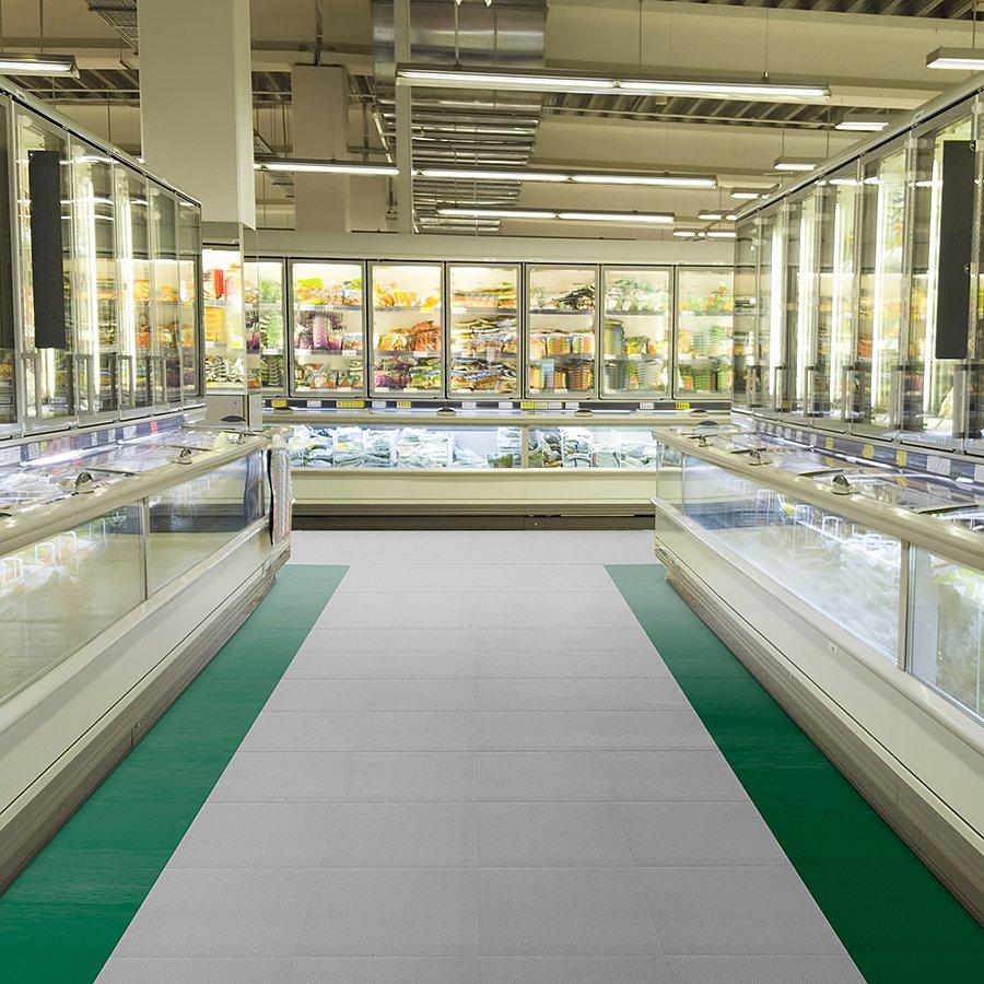 Plastové dlaždice Fortelock - podlaha v prodejně - verze Invisible - šedá a zelená barva, dezén hadí kůže.