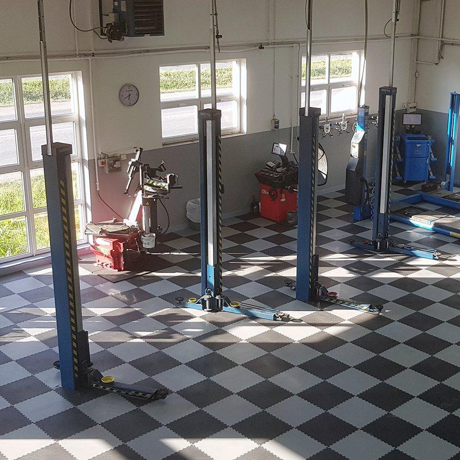 Plastové dlaždice Fortelock Industry - podlaha v autoservisu - šedá a černá barva v mozaice, dezén kůže.