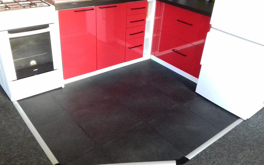 Černé kuchyňské dlaždice