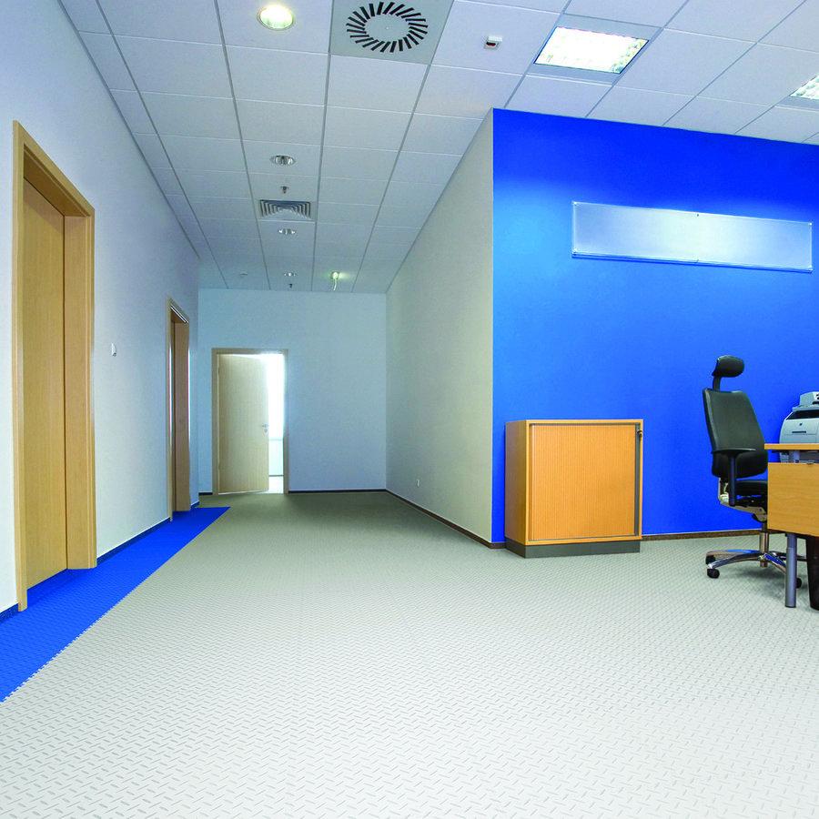 Plastové dlaždice Fortelock ve verzi Industry nebo Light - nová podlaha v komerčních prostorech  - modrá a šedá barva, dezén diamant.