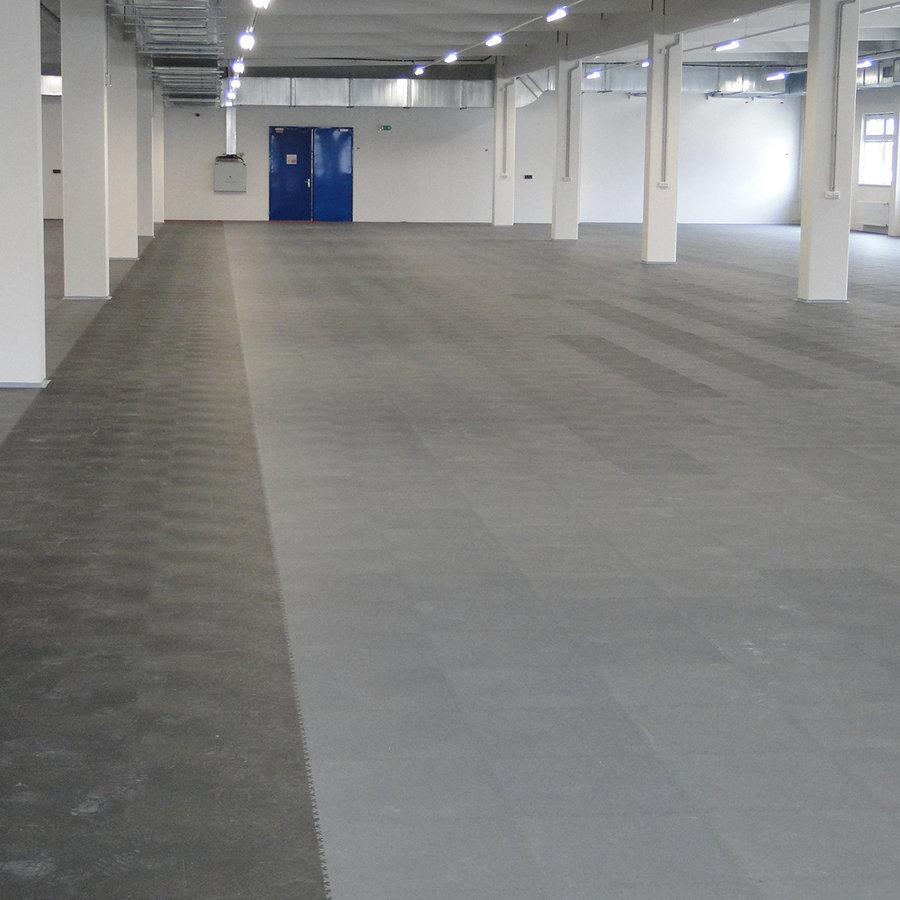 Plastové dlaždice Fortelock ve verzi Industry nebo Light - nová podlaha v komerčních prostorech  - grafitová a černá barva, dezén kůže.
