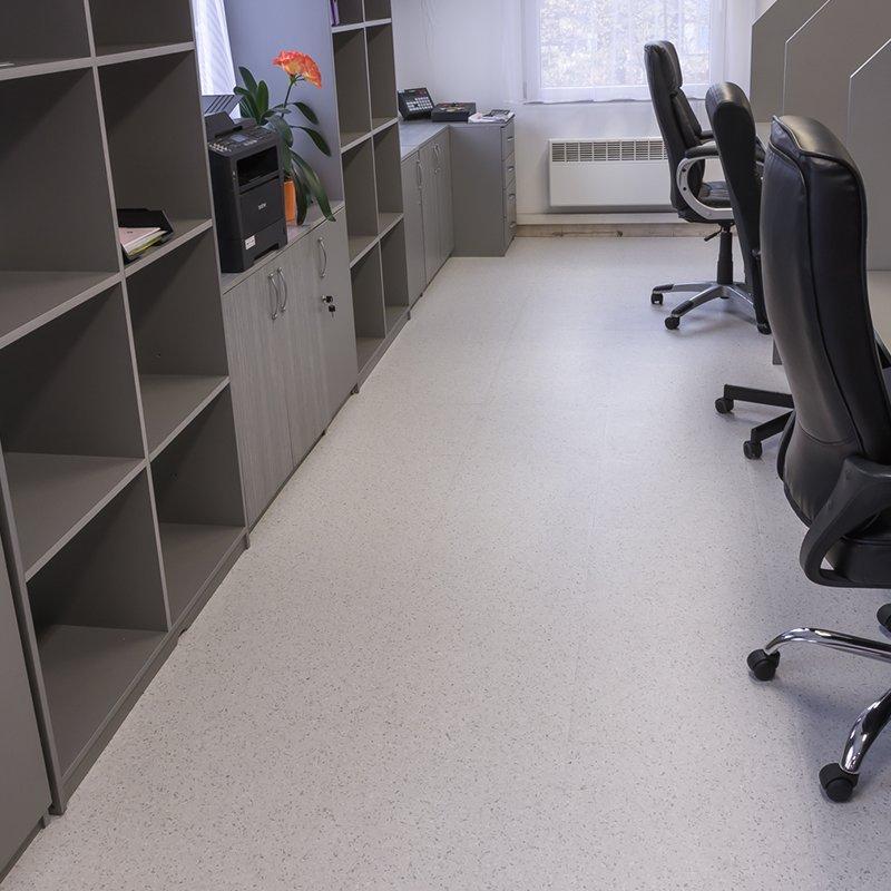 Plastové dlaždice Fortelock Solid Decor - nová podlaha v kanceláři.